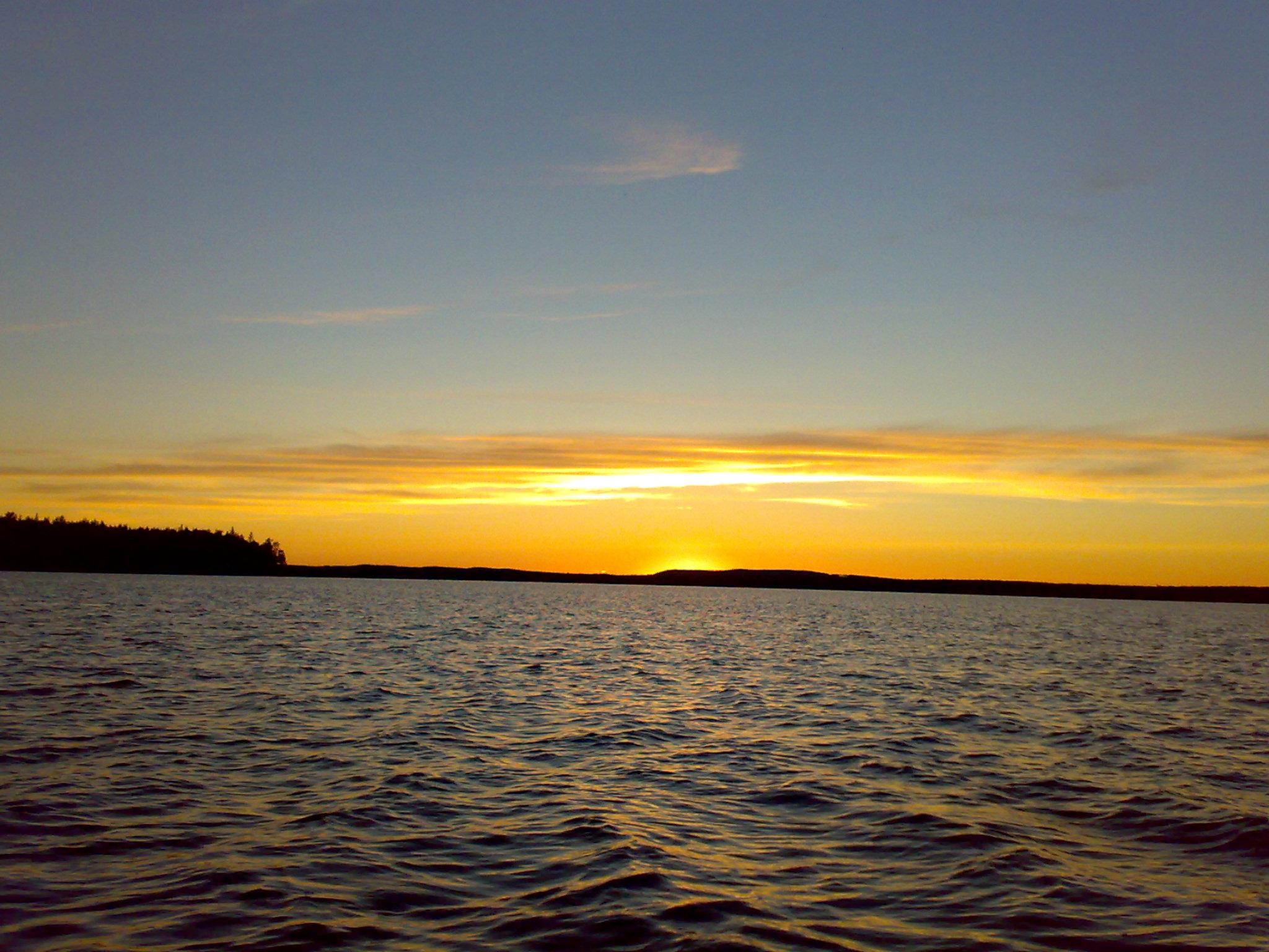 Мощный закат над озером в карелии